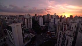 Lapso de tiempo de la puesta del sol y de la noche que bajan en ciudad grande Belo Horizonte, el BRASIL metrajes