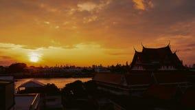 Lapso de tiempo de la salida del sol sobre la ciudad y el río de Bangkok Lapso de tiempo del paisaje urbano mientras que la salid almacen de video