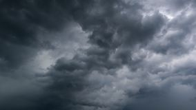 Lapso de tiempo de la tormenta oscura de la nube con trueno metrajes