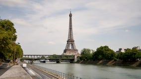 Lapso de tiempo de la torre Eiffel y de los bancos del Sena metrajes