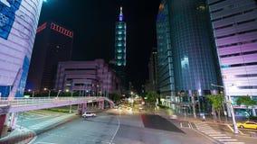 Lapso de tiempo de la torre de Taipei 101 con tráfico en el camino en la noche en Taipei, Taiwán almacen de metraje de vídeo