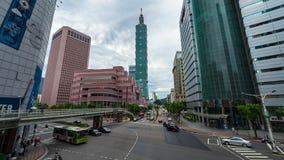 Lapso de tiempo de la torre de Taipei 101 con tráfico en el camino en Taipei, Taiwán almacen de metraje de vídeo