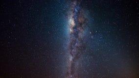 Lapso de tiempo de la vía láctea y cielo estrellado giratorio, ascendente cercano del centro, detalles de la base de la galaxia,  metrajes