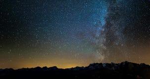 Lapso de tiempo de la vía láctea y del cielo estrellado que giran sobre las montañas francesas y el DES majestuoso Ecrins del mac almacen de metraje de vídeo