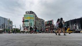 Lapso de tiempo de la vida urbana delante del distrito de las compras de Ximending en Taipei, Taiwán almacen de metraje de vídeo