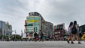 Lapso de tiempo de la vida urbana delante del distrito de las compras de Ximending en Taipei, Taiwán almacen de video