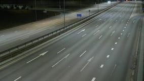 Lapso de tiempo largo de exposición del tráfico de la noche en Vilna, Lituania metrajes