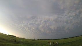 Lapso de tiempo de las nubes hermosas del mammatus en la parte posterior de una tempestad de truenos de Nebraska metrajes