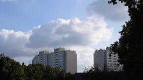 Lapso de tiempo de las nubes que burbujean y que hierven sobre los bloques de apartamentos almacen de video