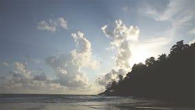 Lapso de tiempo las nubes que se mueven en el cielo durante puesta del sol almacen de metraje de vídeo