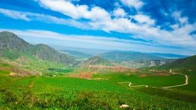 Lapso de tiempo Las nubes vuelan sobre las altas montañas metrajes