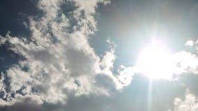 Lapso de tiempo de las nubes y del movimiento del sol almacen de video