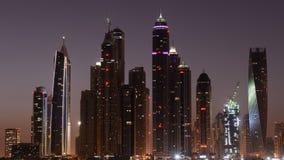 Lapso de tiempo ligero de la mañana de la palma en rascacielos en el puerto deportivo de Dubai metrajes