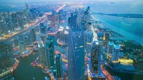 Lapso de tiempo ligero de la opinión de la noche alto de Dubai almacen de metraje de vídeo