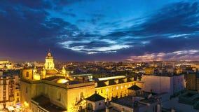 Lapso de tiempo ligero del panorama 4k del top del tejado de Sevilla del cielo de la puesta del sol de la noche España