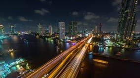 Lapso de tiempo ligero del panorama 4k del top del tejado del puente del tráfico de Bangkok el río Chao Phraya de la noche Tailan almacen de video