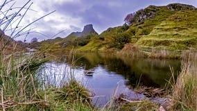 Lapso de tiempo lluvioso de la visión de la cañada de hadas, situado en las colinas sobre el pueblo de Uig en la isla de Skye en  metrajes