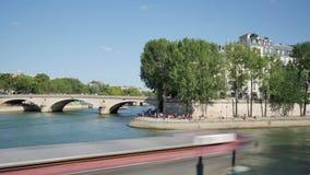 Lapso de tiempo de los bancos del río Sena en París almacen de metraje de vídeo