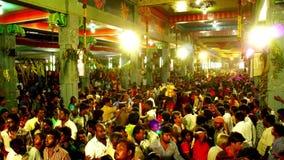 Lapso de tiempo - los devotos hindúes aprietan delante de un templo del festival hindú metrajes
