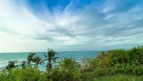 Lapso de tiempo móvil del panorama, escena tropical, vista al océano del acantilado en un día soleado Cielo impresionante, agua a almacen de video