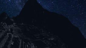 Lapso de tiempo de Machu Picchu en la noche con las estrellas almacen de metraje de vídeo