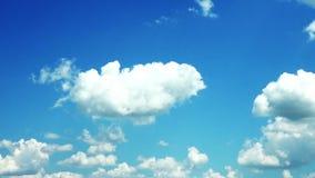 Lapso de tiempo mullido blanco de las nubes