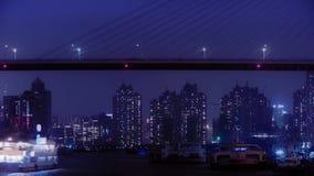 Lapso de tiempo, naves brillantemente encendidas en el río en la noche, a través del puente del mar, urbano almacen de metraje de vídeo