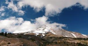 Lapso de tiempo: Nubes Billowing sobre pico de montaña coronado de nieve almacen de metraje de vídeo