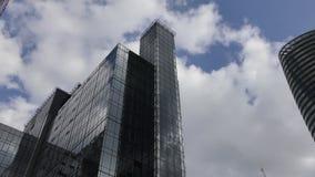 Lapso de tiempo Nubes mullidas hermosas sobre el edificio almacen de metraje de vídeo