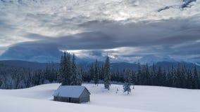 Lapso de tiempo de nubes que fluyen sobre las montañas y del bosque en invierno almacen de metraje de vídeo