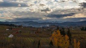 Lapso de tiempo de nubes sobre la capilla del Mt y de tierras de labrantío en Hood River O la temporada de otoño 4k almacen de metraje de vídeo