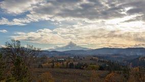 Lapso de tiempo de nubes sobre la capilla nevada del Mt en Hood River O la temporada de otoño 4k almacen de video