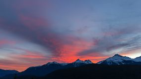 Lapso de tiempo de nubes sobre la gama de Tantalus en A.C. Canadá en la puesta del sol colorida UHD