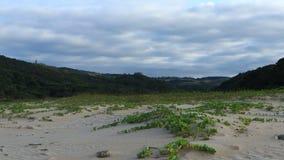 Lapso de tiempo - nubes sobre las dunas costeras metrajes
