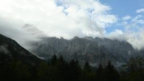 Lapso de tiempo de nubes sobre pico de montaña almacen de metraje de vídeo