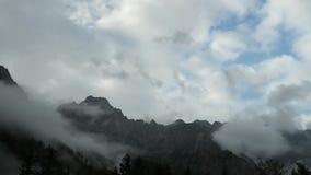 Lapso de tiempo de nubes sobre pico de montaña metrajes