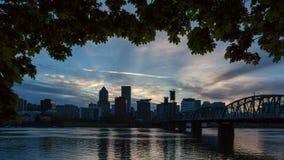 Lapso de tiempo de nubes sobre Portland O del horizonte a lo largo del río de Willamette en la puesta del sol 4k almacen de video