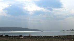 Lapso de tiempo de nubes y del sol sobre el río Danubio almacen de metraje de vídeo