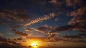 Lapso de tiempo nublado asombroso de la salida del sol almacen de video
