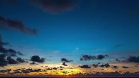 Lapso de tiempo nublado asombroso de la salida del sol