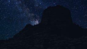 Lapso de tiempo de Nuraghe Orolo en la noche con las estrellas metrajes