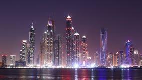 Lapso de tiempo panorámico 4k del puerto deportivo ligero de Dubai de la noche almacen de metraje de vídeo