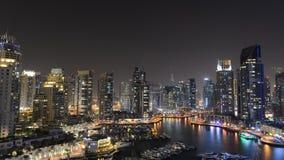 Lapso de tiempo panorámico ligero de la bahía de la noche del puerto deportivo de Dubai, UAE almacen de metraje de vídeo