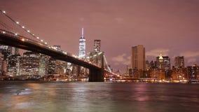Lapso de tiempo panorámico ligero 4k del puente de Brooklyn de la noche de los E.E.U.U. metrajes
