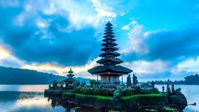 Lapso de tiempo por la mañana de Pura Ulun Danu Bratan, Bali metrajes