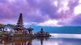 Lapso de tiempo por la mañana de Pura Ulun Danu Bratan, Bali almacen de metraje de vídeo