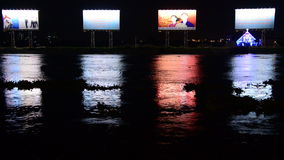 Lapso de tiempo - propaganda/carteleras del anuncio - río de Saigon - Ho Chi Minh City almacen de metraje de vídeo