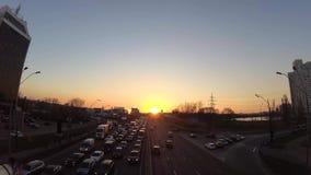 Lapso de tiempo puesta del sol en un día de primavera en la ciudad tráfico de coche acelerado Atasco en el camino Cielo claro foc almacen de metraje de vídeo