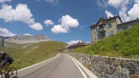 Lapso de tiempo que conduce del paso de montaña de Stelvio a la parte inferior del valle almacen de video