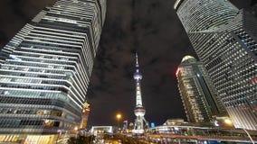 Lapso de tiempo, rascacielos de la economía urbana de la capa de nubes que vuela y tráfico de ciudad en la noche almacen de video